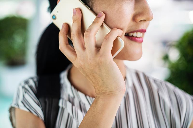 Préparer un entretien téléphonique : sourire et travailler sa voix